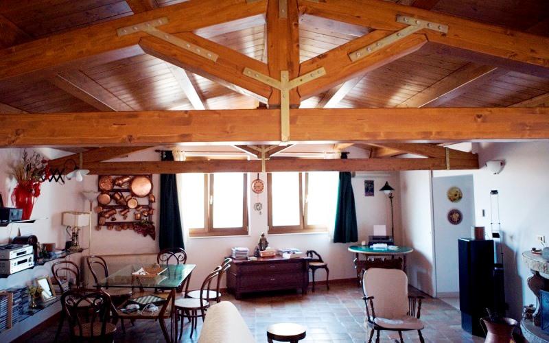 Tetto in legno ventilato coperture in legno lamellare per for Casa moderna con tetto in legno